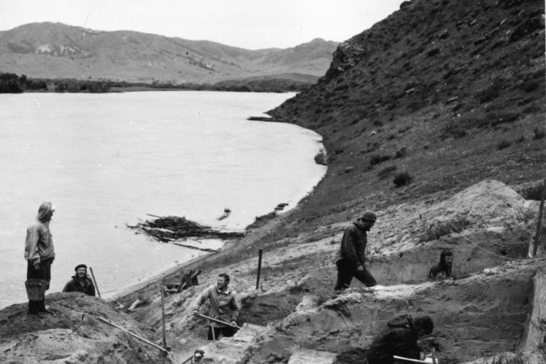Excavation in 1976 at the Ust'-Kyakhta-3 site on the right bank of the Selinga River in the Russian Republic of Buryatia (Yurik Alert)